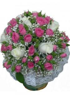 Букет из крупных белых и кустовых розовых роз